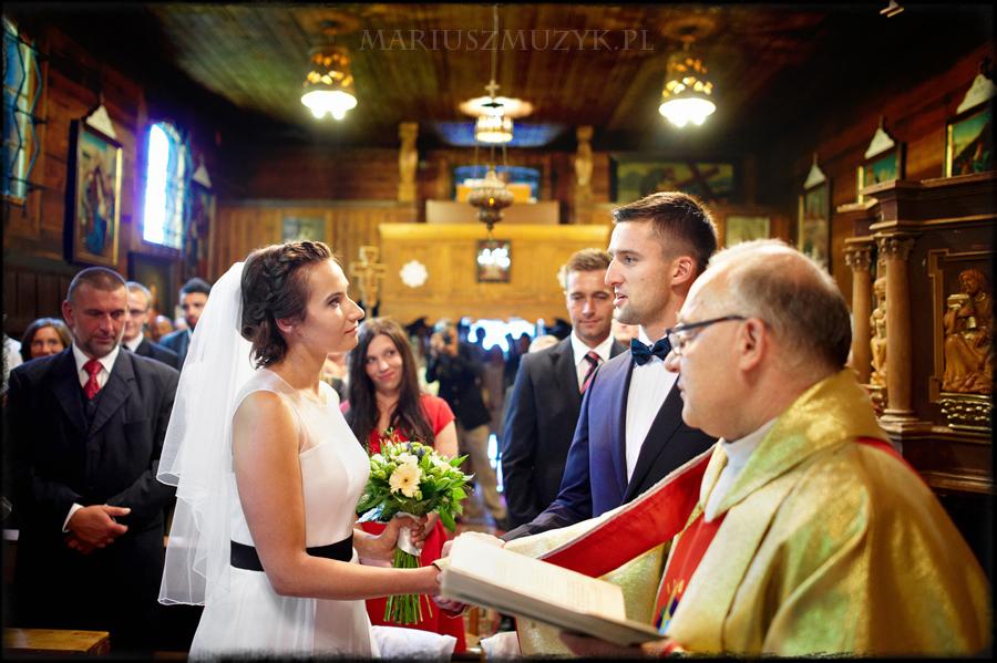 ślub w małym kościółku